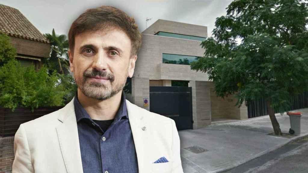 José Mota en un montaje frente a su vivienda.
