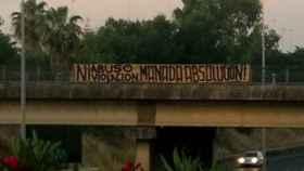 Cartel colgado en un puente de Sevilla que pide la absolución de 'La Manada'.