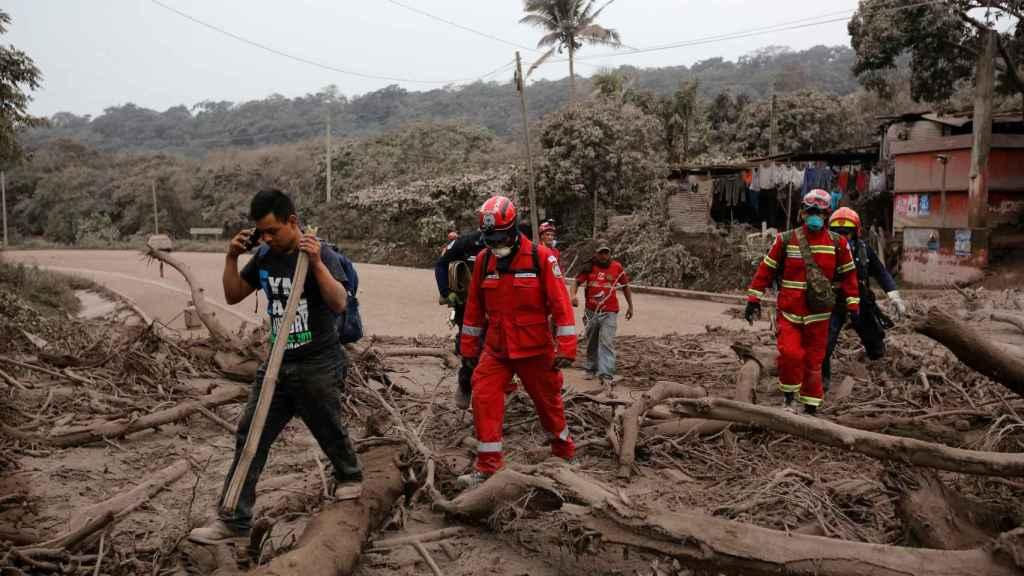 Equipos de rescate en la zona destruida