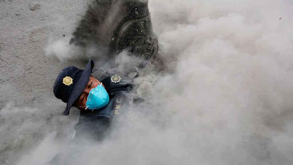 Oficial atrapado por la corriente de cenizas volcánicas