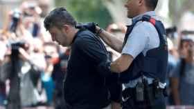 Mossos d'esquadra custodian al detenido en relación con el asesinato