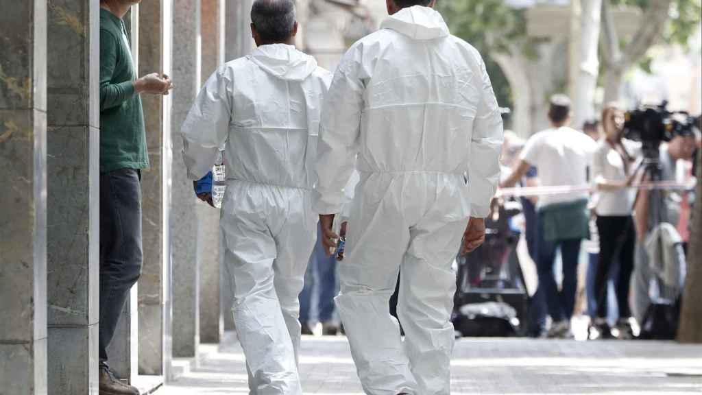 Investigadores de los Mossos d'Esquadra acceden a la vivienda del presunto asesino de Vilanova.