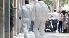 estigadores de los Mossos d'Esquadra acceden a la vivienda del presunto asesino de Vilanova.