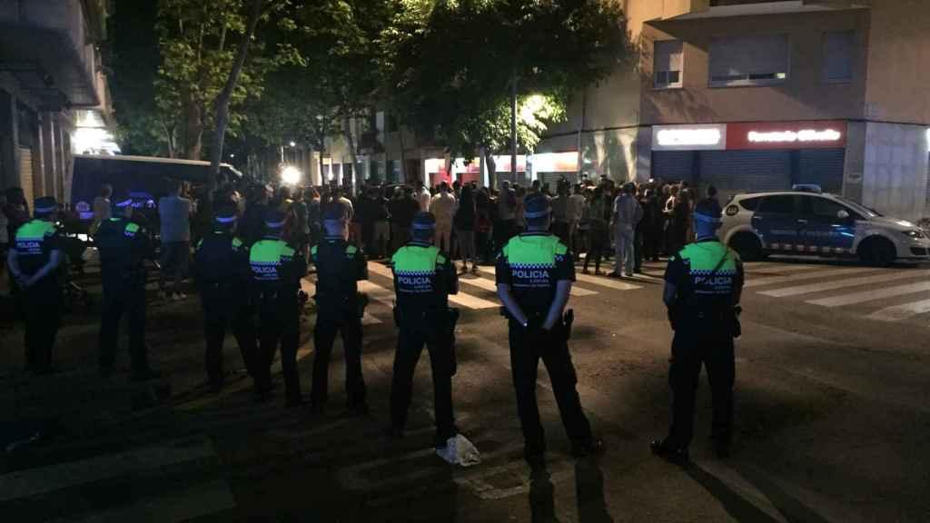 La Policía Local de Vilanova observa a la multitud concentrada