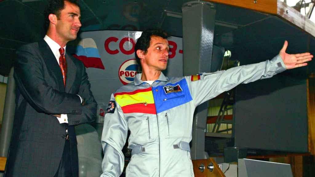 Pedro Duque ejerce de anfitrión para el entonces príncipe Felipe en 2003, en la Star City de Moscú.