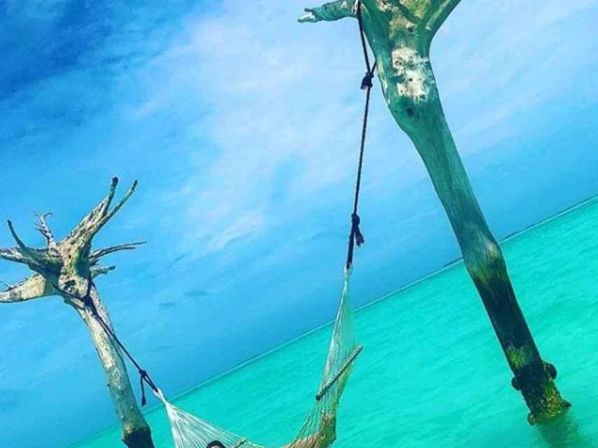 Tamara Gorro posa en la playa de Maldivas donde disfruta del descanso junto a su marido.