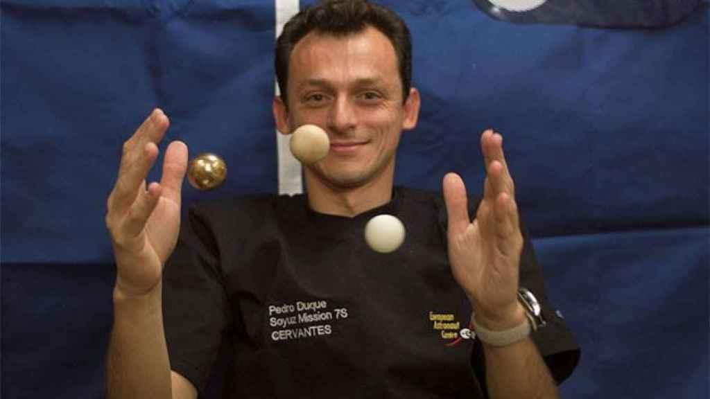 Pedro Duque juega con unas pelotas a bordo de la nave Soyuz.