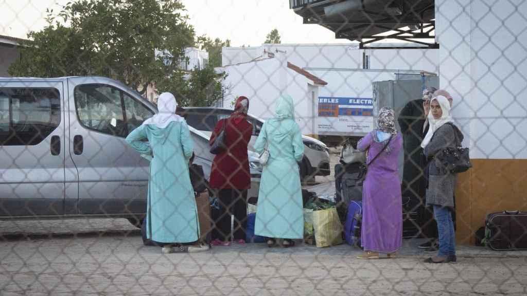 Cuatro jornaleras esperan la salida del autobús que las devuelve a Marruecos previo viaje en ferry desde tarifa (Cádiz) hasta el puerto de Tánger.