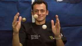 Pedro Duque juega con unas pelotas con gravedad cero.