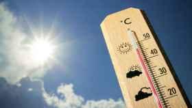 Un termómetro supera la barrera de los 40 grados al sol.