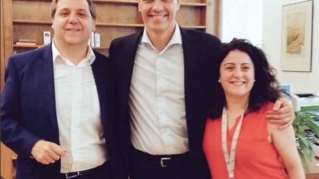 Juanma Serrano, a la izquierda, era hasta ahora el jefe de Gabinete de Sánchez. Ahora estrena puesto en Correos.