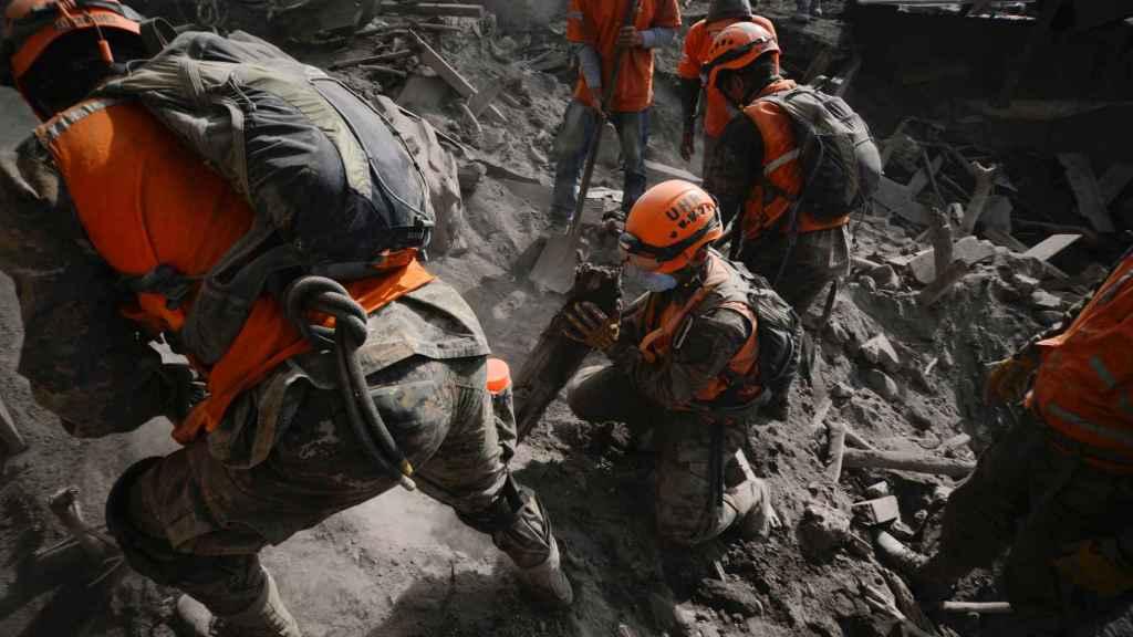 Los equipos de rescate trabajan en Escuintla, a la búsqueda de supervivientes.