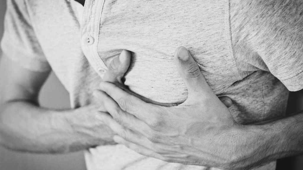El dolor en el pecho es uno de los síntomas de las arritmias.