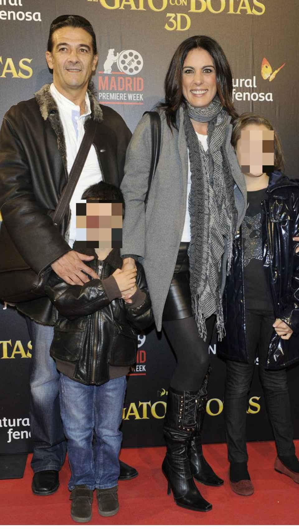 Alicia, su ex y sus hijos.