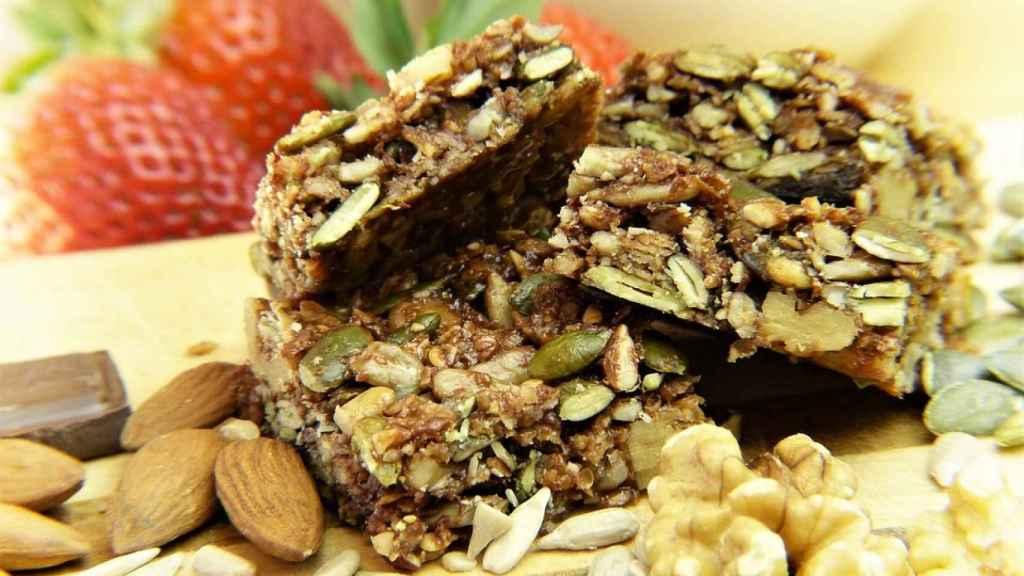 Antes de elegir, es importante fijarse en la cantidad de azúcares añadidos de las etiquetas de las barritas de cereales.