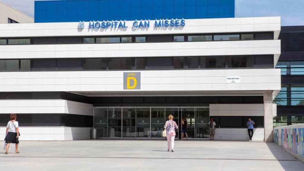 Varios pacientes entrando al Hospital de Can Misses.