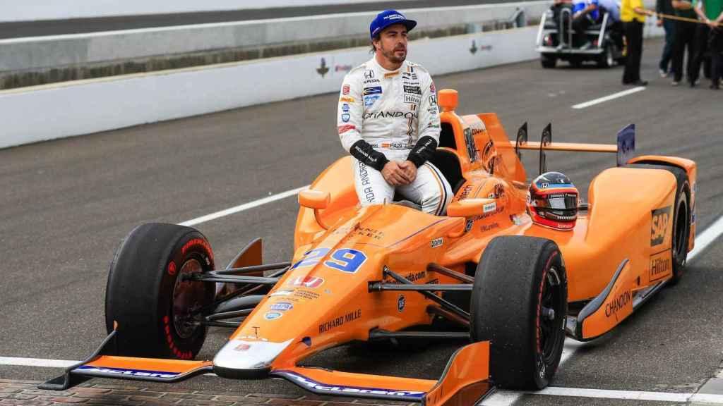 Fernando Alonso, con el monoplaza con el que participó en la IndyCar (500 Millas de Indianápolis).