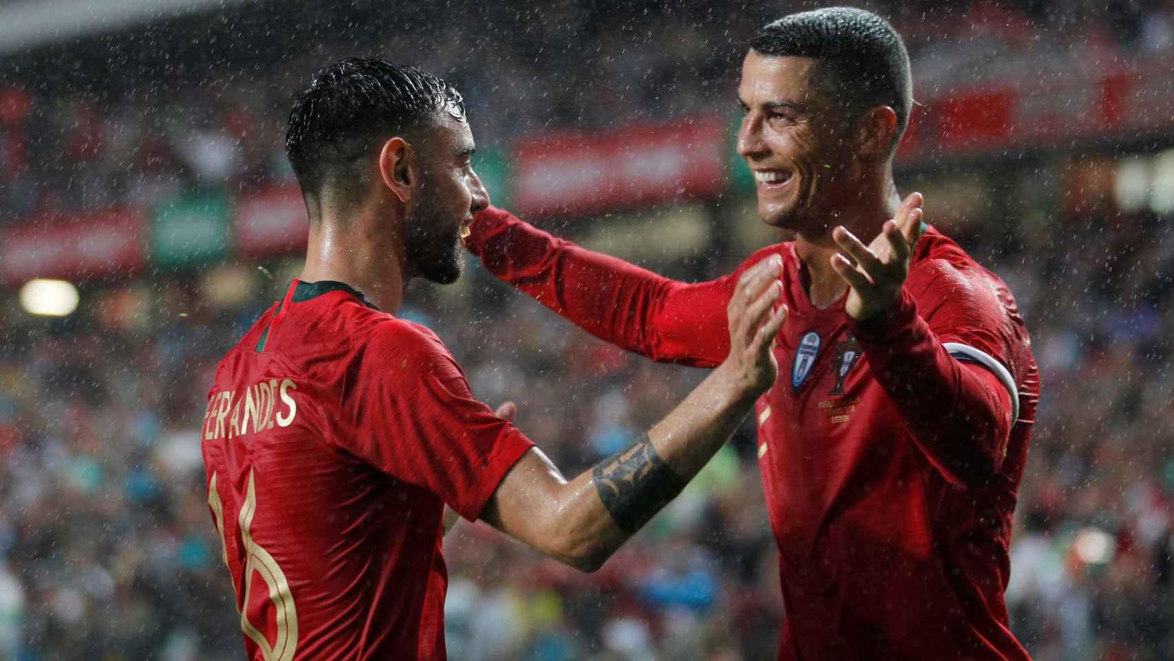 Bruno Fernandes celebra su tanto con Cristiano Ronaldo.