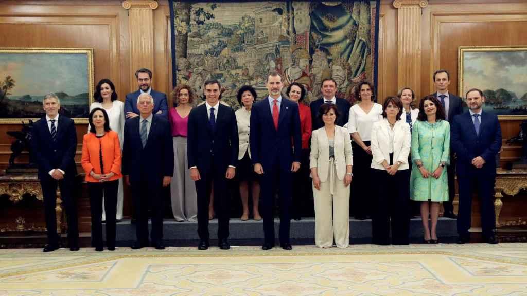 El Gobierno de Pedro Sánchez con el rey Felipe VI.