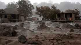 Rocas volcánicas arrojadas por el volcán de Fuego a las viviendas de la zona.