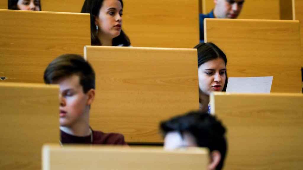 Un grupo de estudiantes espera para realizar la Selectividad en la Universidad Complutense de Madrid