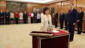 Carmen Calvo promete su cargo como nueva vicepresidenta y ministra de Igualdad del Gobierno de Pedro Sánchez ante Felipe VI.