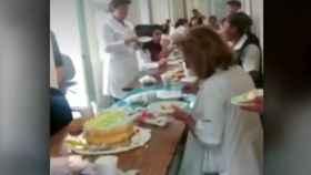 Los pacientes se agolpaban en el pasillo mientras los médicos estaban de celebración.