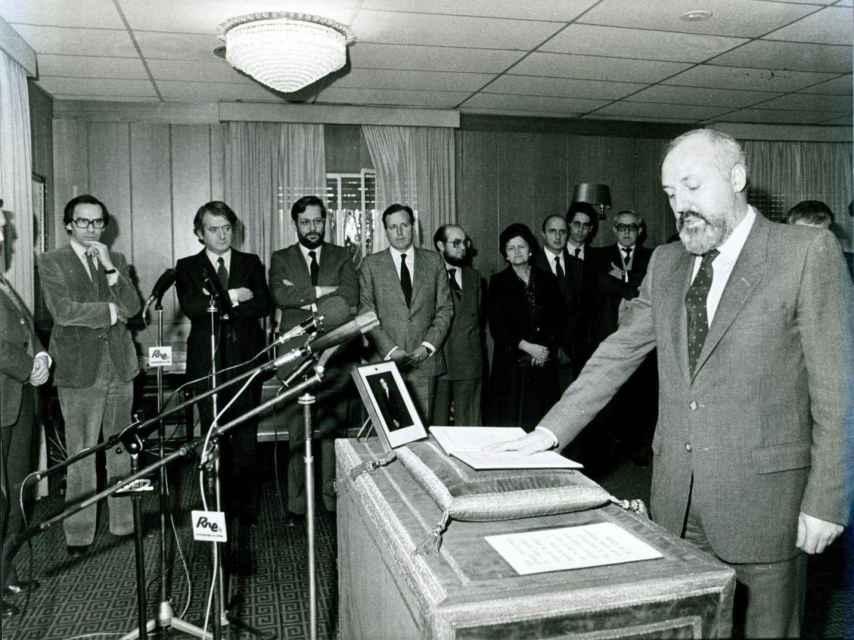 Alfonso Guerra, a la izquierda, supervisa el nombramiento de Calviño.