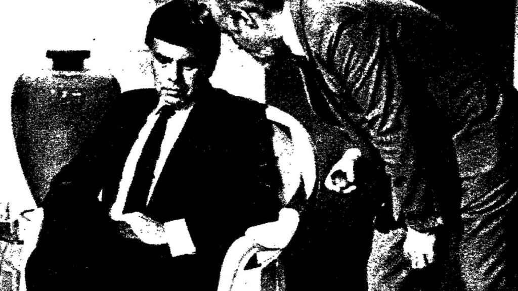 Calviño susurra al oído de Felipe González.