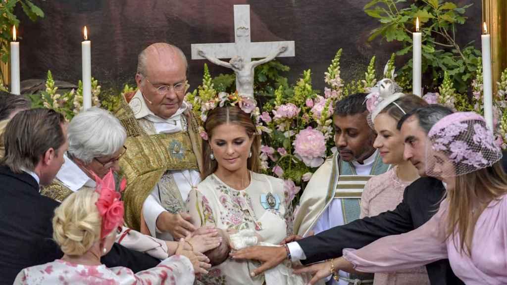 Magdalena de Suecia y los padrinos en el bautizo de Adrienne.