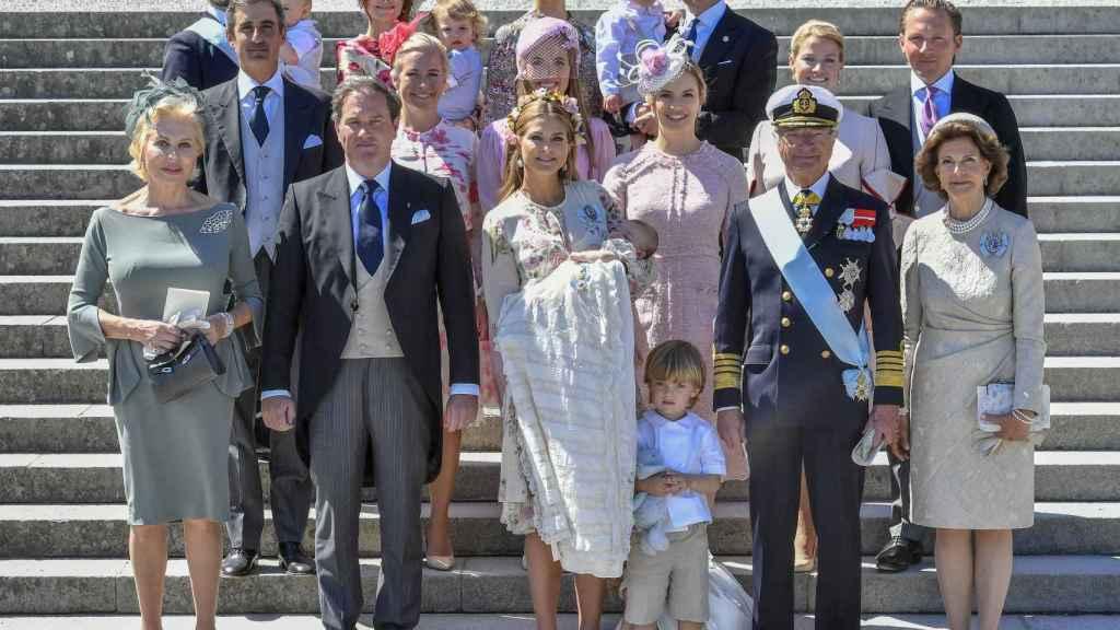 La familia real sueca en el bautizo de Adrienne.