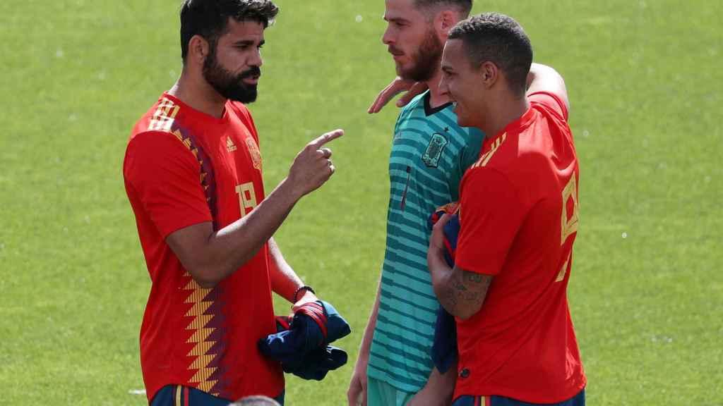 Diego Costa, De Gea y Rodrigo bromean durante el entrenamiento.