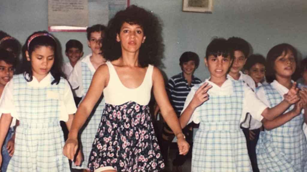 Nidia, dando clases de baile en su Colombia natal