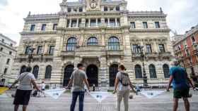 La cadena humana vasca frente a la Diputación en Bilbao.