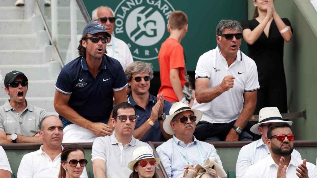 Carlos Moyá y Toni Nadal celebran un punto.