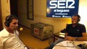 Fernando Hierro, junto a Manu Carreño en El Larguero de la Cadena SER. Foto: Twitter (@ellarguero)