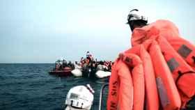 Miembros del Aquarius rescatan a los migrantes en el mar.
