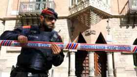 Un Mosso d'Esquadra precinta la sede del Diplocat.