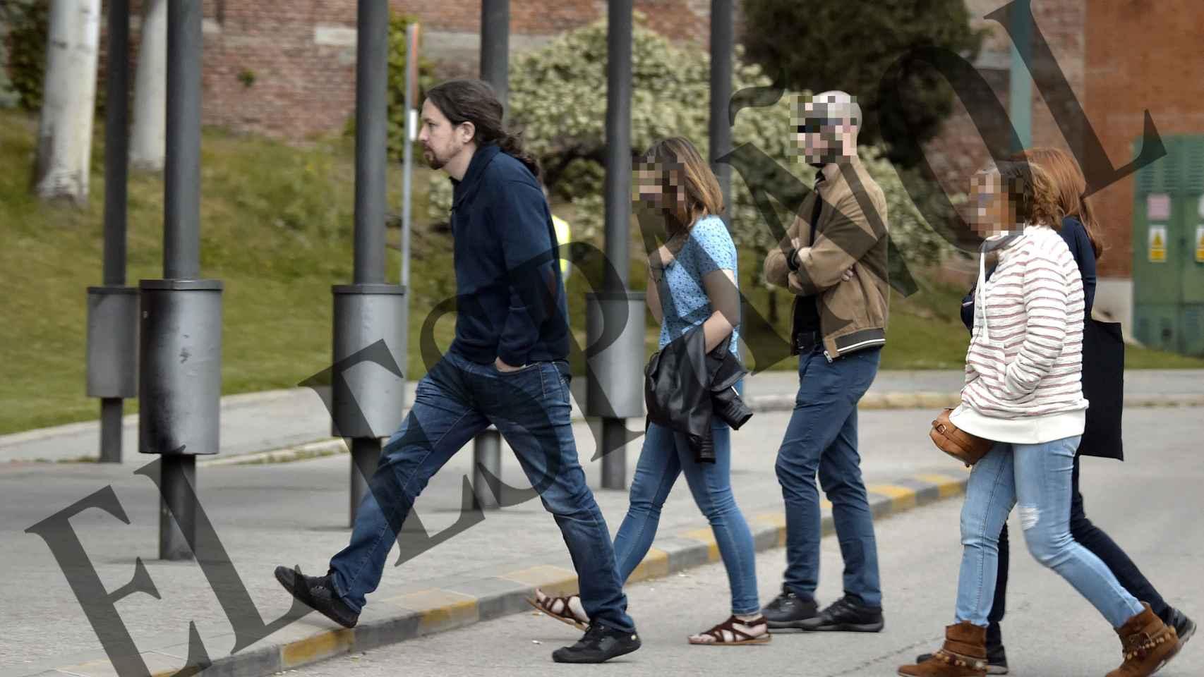 Pablo Iglesias llegando a la capilla con unos vaqueros y una sudadera. Ha sido un importante apoyo para su pareja, con la que espera mellizos.