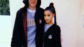 Ariana Grande y Pete Davidson en una imagen de sus redes sociales.