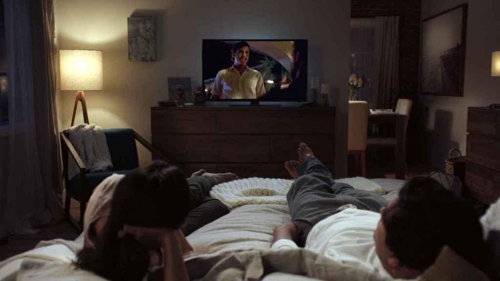 Usuarios de Netflix viendo la serie 'Narcos'.