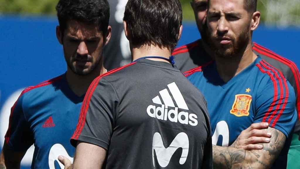 Sergio Ramos escucha en una charla a Julen Lopetegui.