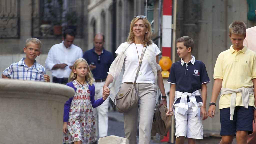 La infanta Cristina y sus cuatro hijos por las calles de Ginebra.