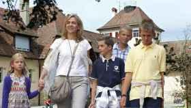La familia Urdangarin en un fotomontaje frente al colegio.