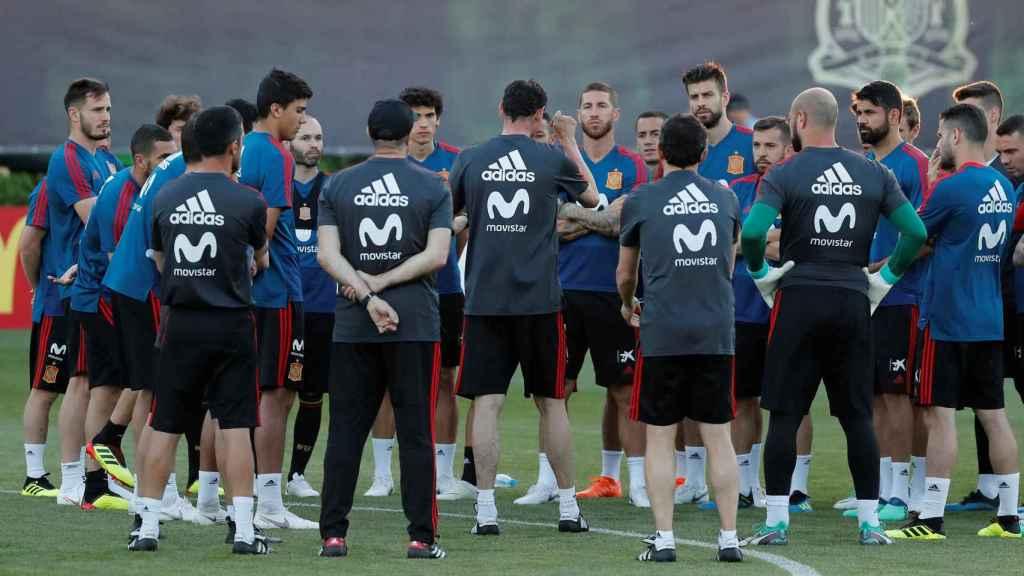 Los jugadores de la selección española asisten a una charla de Fernando Hierro.