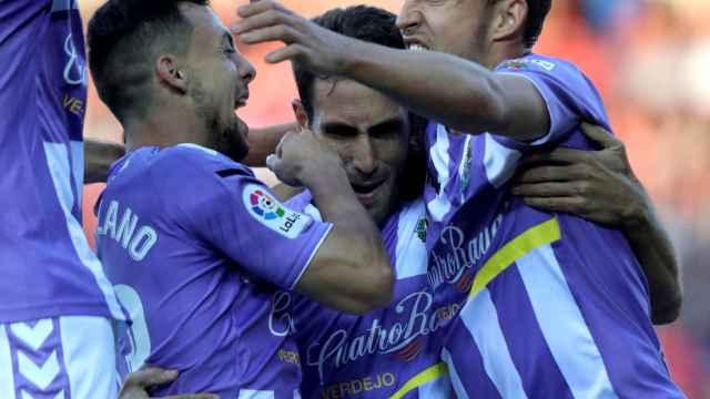Jugadores del Real Valladolid celebran un gol en Soria.