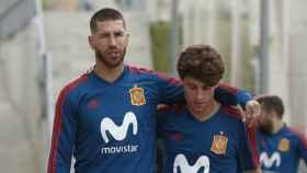 Sergio Ramos habla con Odriozola. Foto sefutbol.com