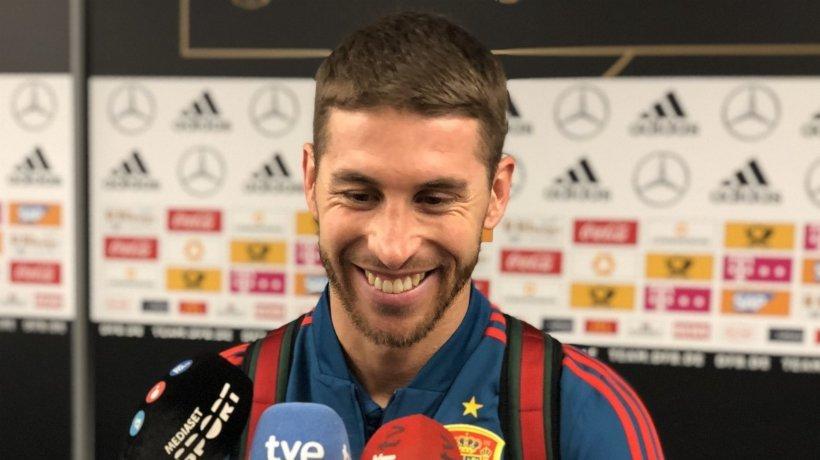 Ramos atiende a la prensa tras el partido de España. Foto: Twitter (@SeFutbol).