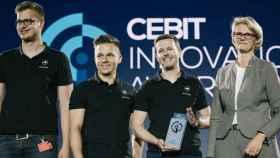 El equipo de AIPARK, con el premio de innovación de CEBIT.
