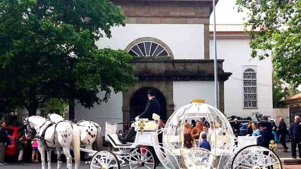 Esta carroza de cuento esperaba a una niña el día de su Primera Comunión en Galicia.